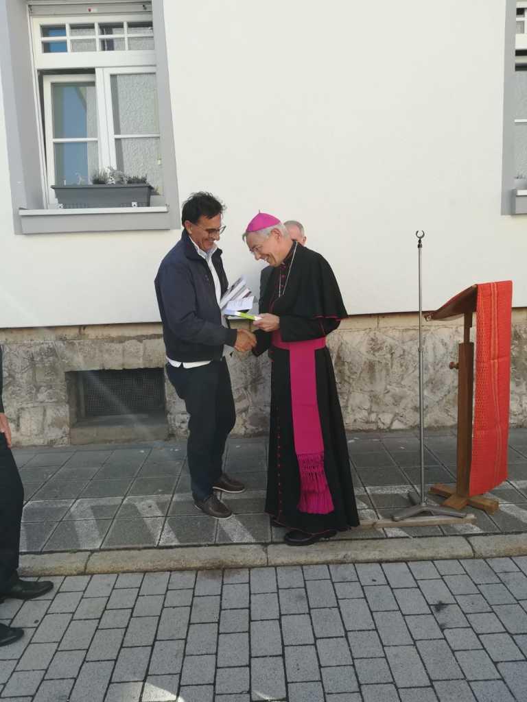 hersbruck-anselmo-palini-consegna-al-vescovo-di-marberg-illibro-su-olivelli-ed-ave