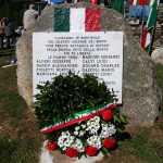 Il monumento omaggiato della corona d'alloro e di fiori