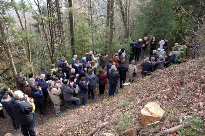 Omaggio alla croce eretta sul luogo dell'uccisione di Emi Rinaldini